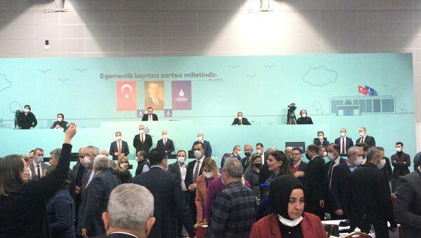 İstanbul Büyükşehir Belediye (İBB) Meclisi Şubat ayı 3. Birleşimi yeni tip koronavirüs tedbirleri kapsamında Avrasya Gösteri Merkezinde gerçekleştirildi. Gündem maddeleri görüşülürken AK Parti ve CHP'li meclis üyeleri arasında arbede yaşandı. - Sputnik Türkiye