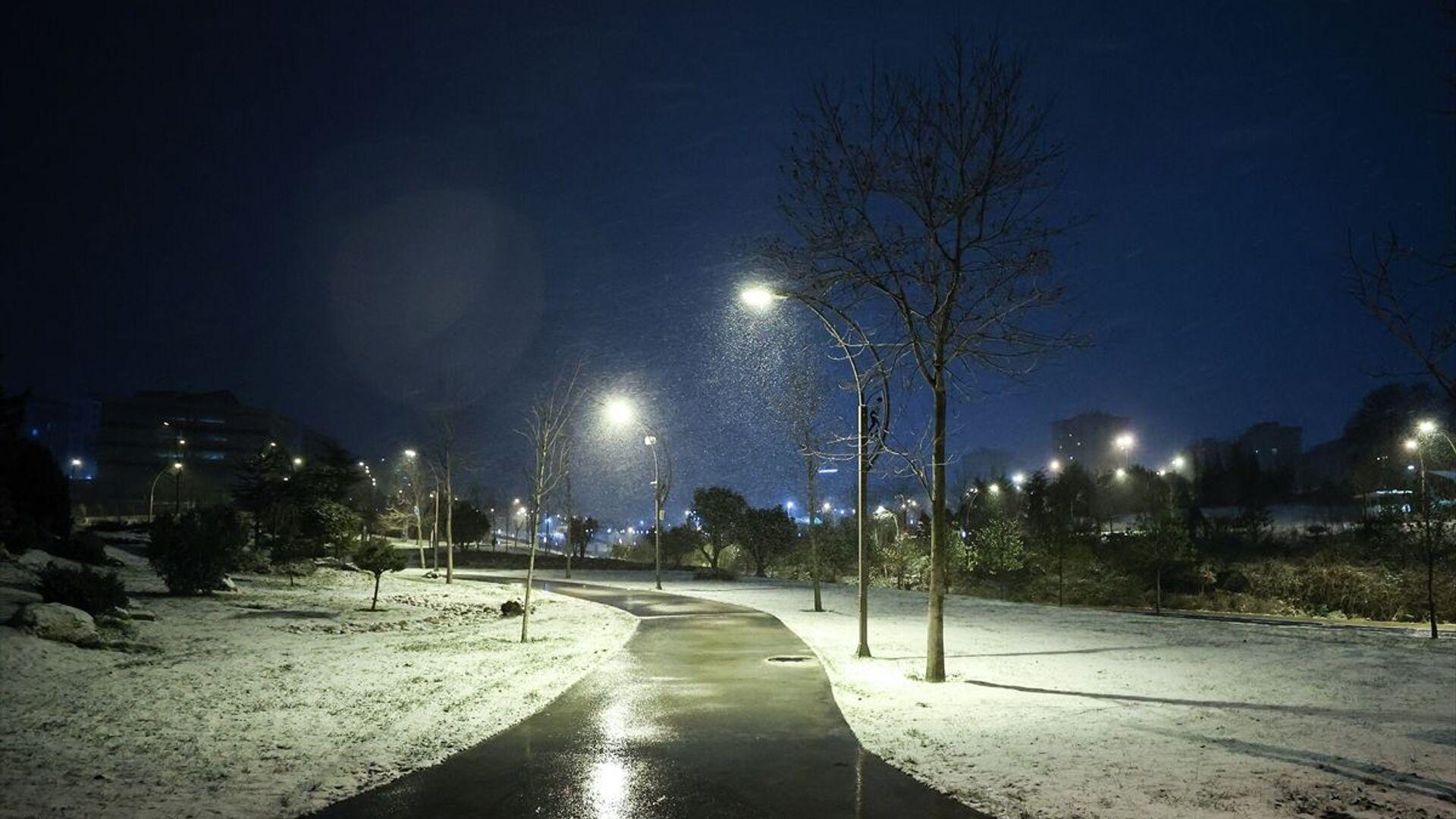İstanbul'da beklenen kar yağışı bazı bölgelerde başladı. Yağış Beylikdüzü'nde de etkili oldu. - Sputnik Türkiye, 1920, 13.02.2021