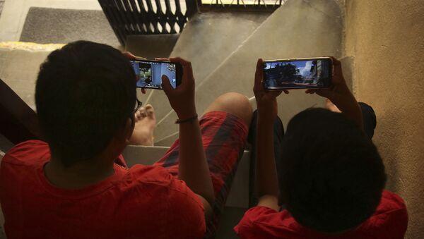 Cep telefonlarının, çocuklar için 'muhtemel kanserojen' olduğu belirlendi - Sputnik Türkiye