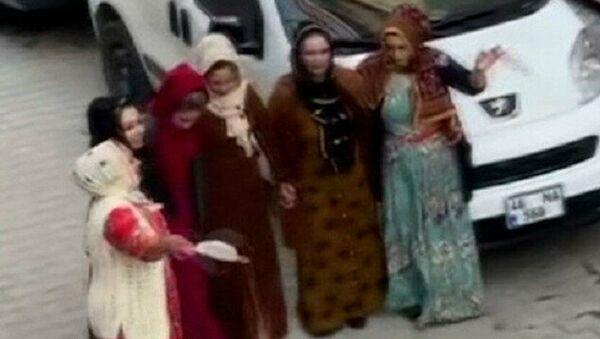 İstanbul Sultangazi'de sokağa çıkma kısıtlamasına rağmen maskesiz mesafesiz nişan eğlencesi polisin gelmesiyle son buldu. Halay çeken gruptaki kadınların maskeleri mendil gibi kullanarak sallaması dikkat çekti. - Sputnik Türkiye
