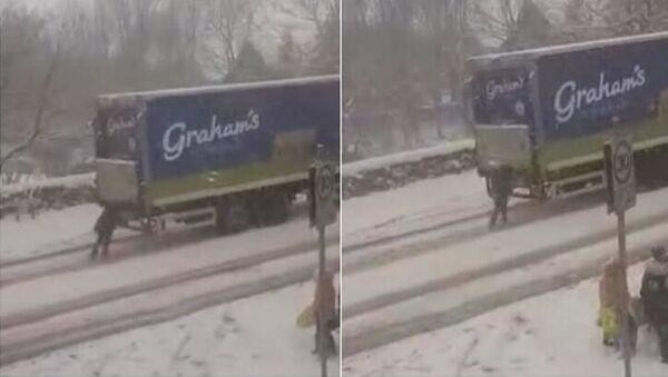 Soğuk hava ve yoğun kar yağışının yaşamı felç ettiği İskoçya'da ilginç bir görüntü sosyal medyanın gündemine oturdu. - Sputnik Türkiye