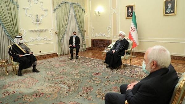 İran Cumhurbaşkanı Hasan Ruhani, (sağda) başkent Tahran'da temaslarda bulunan Katar Dışişleri Bakanı Muhammed bin Abdurrahman Al Sani'yi (solda) kabul etti. - Sputnik Türkiye