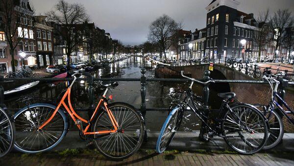 Gece kanal üzerindeki köprüye park edilen bisikletler,  Amsterdam, Hollanda - Sputnik Türkiye
