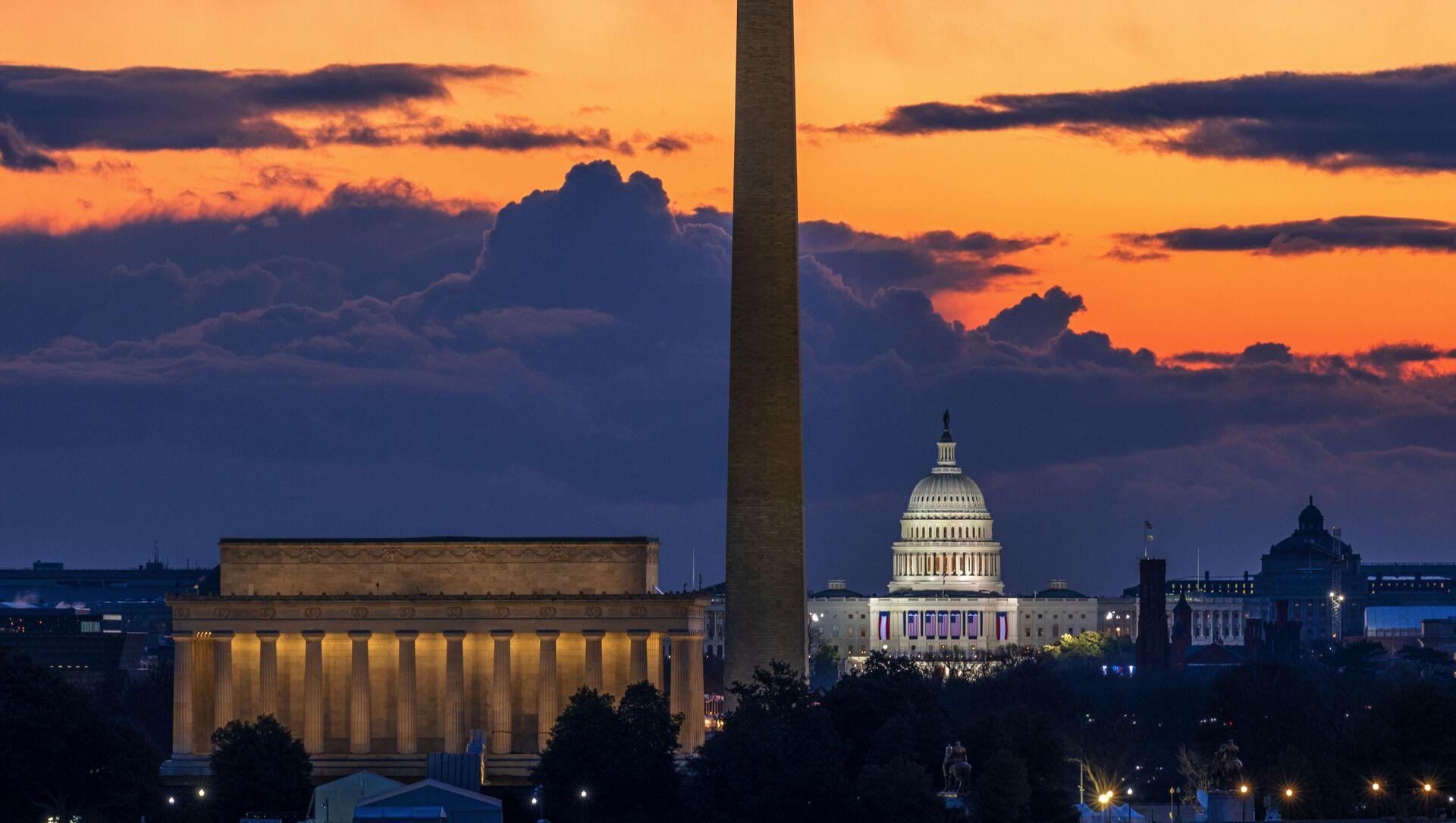 Мемориал Линкольна,  монумент Вашингтону и Капитолий США на рассвете в день инаугурации в Вашингтоне - Sputnik Türkiye, 1920, 30.07.2021