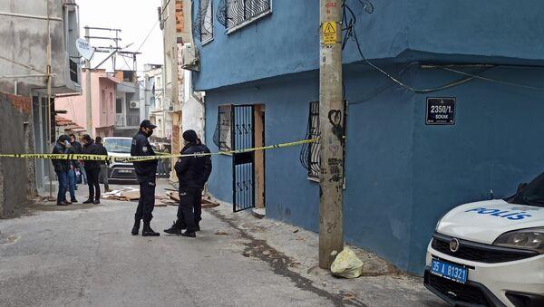 İzmir'de boğazı kesilmiş halde bulunan kadının ölümüyle ilgili gözaltına alınan 3 kişiden biri olan oğlu tutuklandı - Sputnik Türkiye