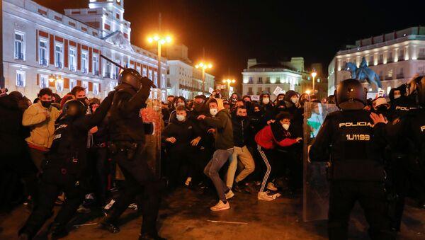 İspanya'da tutuklanan rap sanatçısı Hasel'e destek için düzenlenen gösterilere polis müdahale etti - Sputnik Türkiye