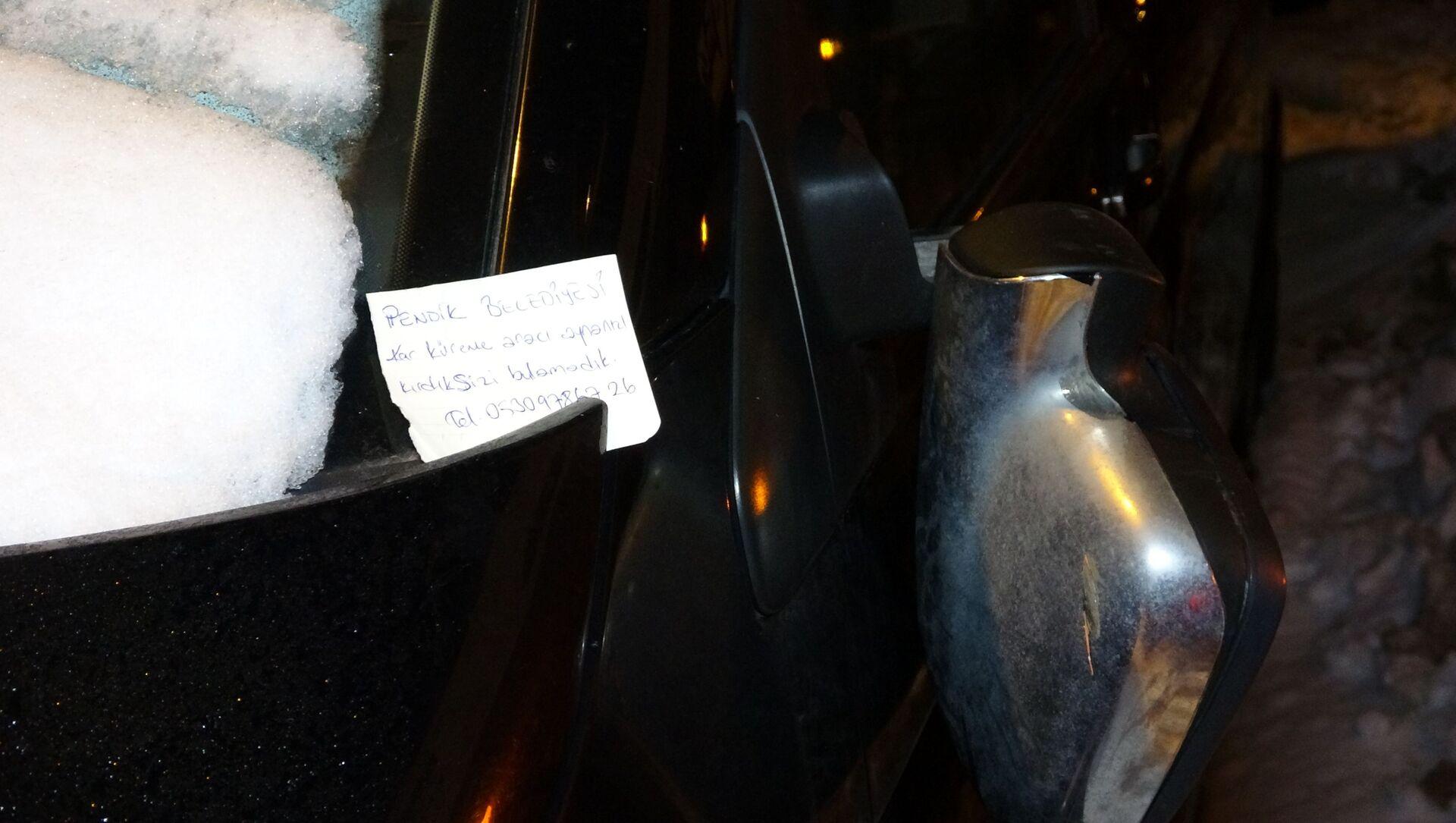 Belediye'nin kar küreme aracı, araba aynasını kırdı: Ekipler 'aracın aynasını kırdık, sizi bulamadık' diye not bıraktı - Sputnik Türkiye, 1920, 18.02.2021