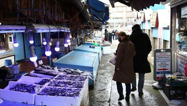 Balıkçılar ve Manavcılar Derneği Başkanı Cemal Kaya Şamlıoğlu, hava muhalefetinden dolayı son birkaç gündür balıkçıların denize açılamadığı için tezgahlarda günlük taze balık satılamadığını söyledi. - Sputnik Türkiye