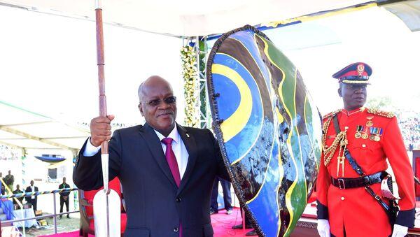Tanzanya Devlet BaşkanıJohn Magufuli elinde mızrak ve kalkanla - Sputnik Türkiye