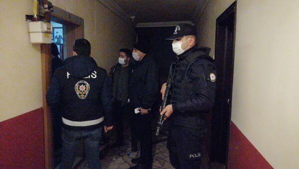 Kahramanmaraş'ta polis ekipleri, bir dernek lokali ve kahvehanede kumar oynayanlara yönelik baskın yaptı. - Sputnik Türkiye