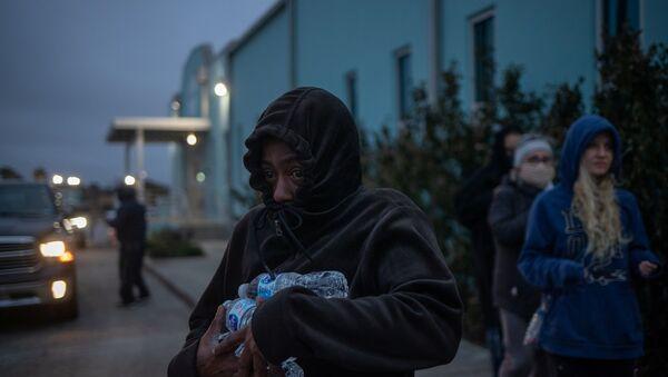 ABD - Teksas'ın Galveston şehrinde insanlar dağıtılan şişe sulardan temin ediyor. - Sputnik Türkiye