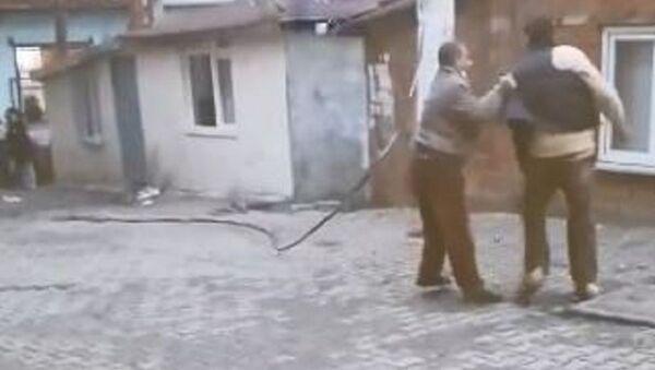 Tekirdağ'da elektirik direğinden kopup alev alan tele yoldan geçen bir adam tekme attı - Sputnik Türkiye