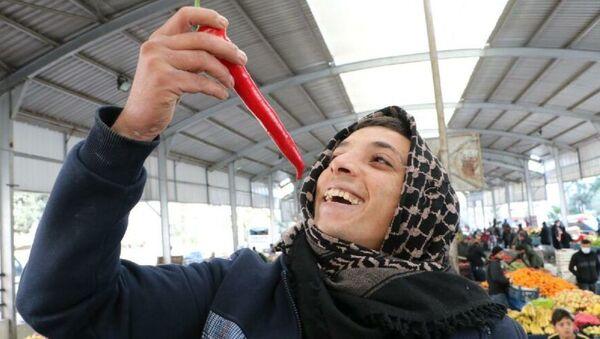 Türkiye'de acı yeme konusunda ilk akla gelen şehirlerden olan Şanlıurfa'da, kış mevsiminde kentte yetişen 'Urfa biberi' tükenince Antalya'daki seralarda yetişen 'Şili biberi' takviyesi yapılıyor. - Sputnik Türkiye