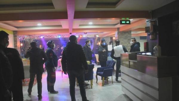 Silahlı rehin ihbarına giden polis, 20 kişiyi parti yaparken yakaladı - Sputnik Türkiye
