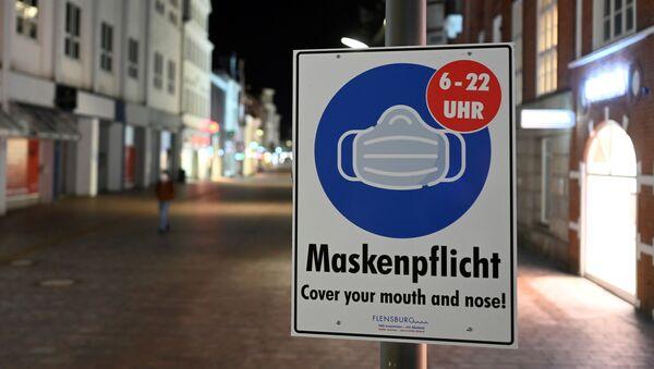 Almanca 'maske zorunluluğu' tabelası, sokağa çıkma yasağı uygulaması, Flensburg, Almanya - Sputnik Türkiye