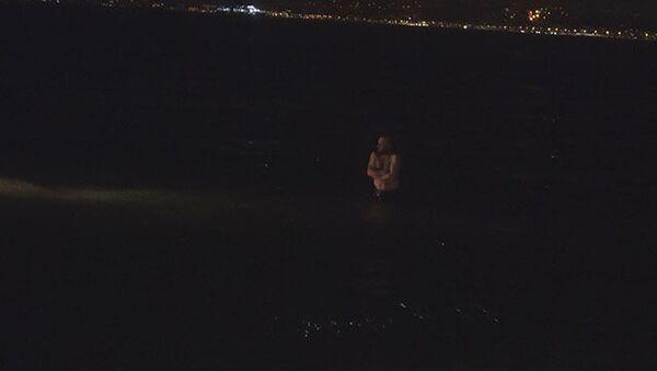 İzmir'in Balçova ilçesinde polis tarafından aranması olan şahıs, gözaltına alınmamak için denize atladı. Şüpheli, polis tarafından denizden çıkartılarak gözaltına alındı. - Sputnik Türkiye