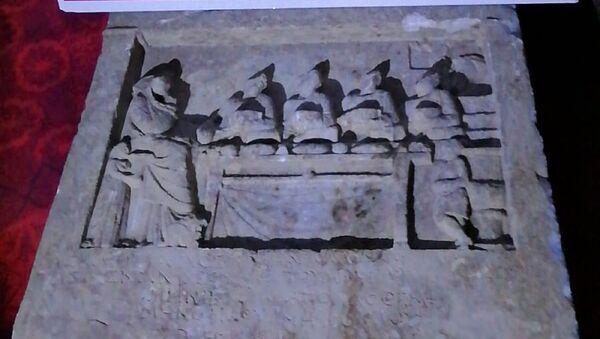 Roma dönemine ait mezar steli (Mezar başlarına veya üzerine dikilen blok taş) - Sputnik Türkiye