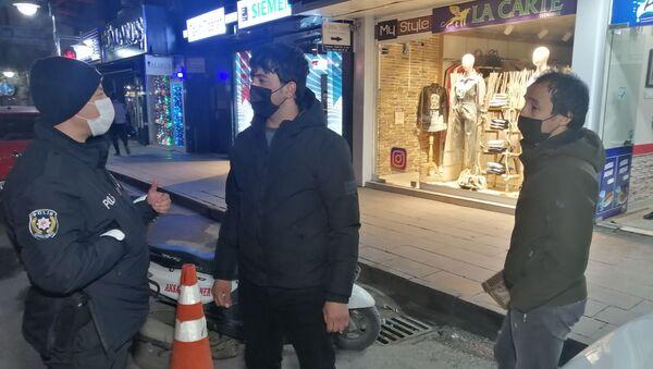 """Aksaray'da hem kısıtlamaya uymayan hem de maskesiz yakalanan 2 gence 8 bin 160 TL para cezası kesilirken, gençlerden birisi """"Çekirdek çitliyorduk"""" diğeri ise """"Telefonla konuşuyordum"""" diyerek kendini savundu. - Sputnik Türkiye"""