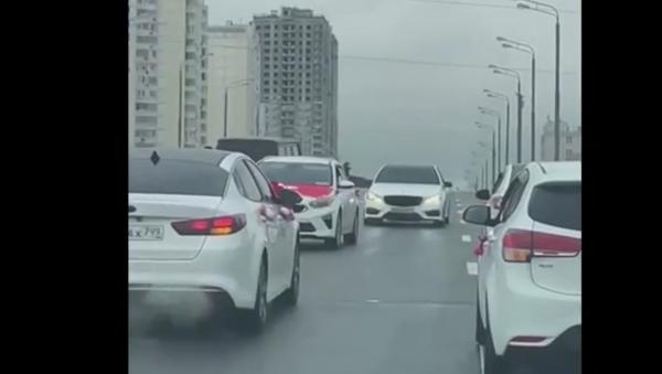 Moskova'da birinin kaputunda Türk bayrağı görülen birkaç otomobil geri giderek trafiği tıkadı - Sputnik Türkiye