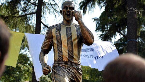 Kadıköy'de bulunan eski Fenerbahçeli futbolcu Alex De Souza'nın heykeli - Sputnik Türkiye