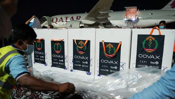 Covax'ın Kamboçya'ya gönderdiği Oxford-AstraZeneca aşıları kutu kutu indirilirken - Sputnik Türkiye