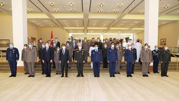 Katar Savunma Bakanlığı, Ortak Askeri Yüksek Komitenin üç gün süren üçüncü toplantısının sonunda Türkiye ile yeni iş birliği anlaşmaları imzaladığını duyurdu. Bakanlıktan yapılan yazılı açıklamada, Katar Genelkurmay Başkanı Korgeneral Ganim bin Şahin el-Ganim (sağ 5), Türkiye Genelkurmay Başkanı Orgeneral Yaşar Güler (sol 5), Türkiye'nin Doha Büyükelçisi Mehmet Mustafa Göksu (sol 4) ve Doha'daki Katar Türk Birleşik Müşterek Kuvvet Komutanı Tuğgeneral Baybars Aygün'ün yanı sıra her iki ülkeden bazı üst düzey subayların katılımıyla düzenlenen Ortak Askeri Yüksek Komite toplantısının sona erdiği belirtildi. - Sputnik Türkiye