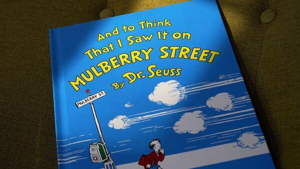 Dr. Seuss'un 6 kitabı 'ırkçı görseller' nedeniyle artık yayımlanmayacak - Sputnik Türkiye