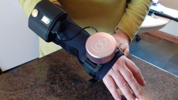 Britanya merkezli şirketGyroGear'in ürettiği 'gyro glove' yani jiroskop eldivenin Parkinson ve ET hastalarını rahat ettirdiği belirtildi. - Sputnik Türkiye