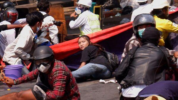 Myanmar'ın Mandalay kentinde 19 yaşındaki Kyal Sin'in güvenlik güçlerinin darbe karşıtı protestoculara müdahalesinde başından vurulup ölmeden önce yerde yatarken görüntüsü  - Sputnik Türkiye