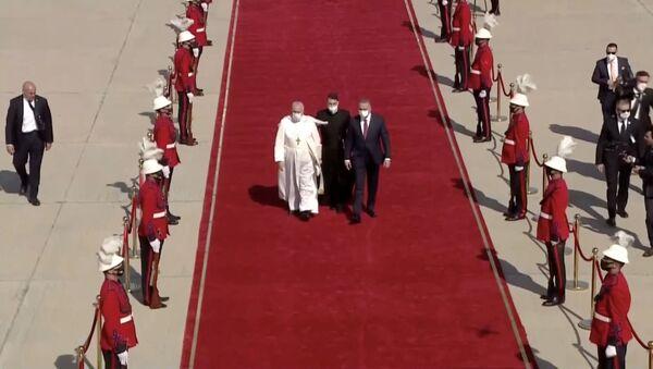 Irak Başbakan Mustafa Kazimi, tarihte Irak'ı ziyaret eden ilk Papa olan Francis'i Bağdat Havaalanı'nda kırmızı halı sererek karşıladı. - Sputnik Türkiye
