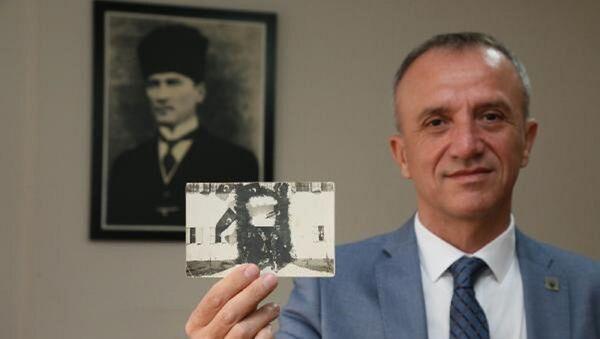 Atatürk'ün kaldığı konağın önünde çekilmiş ve bugüne kadar hiçbir yerde de yayınlanmış orijinal bir fotoğrafı - Sputnik Türkiye