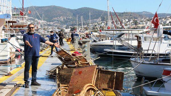 """Dalgıç eğitmeni olan Kenan Doğan bu çöpleri atanların da profesyonel denizcilerin olduğunu söyleyerek, """"Buraya gelen turistin bu çöplerde çok fazla etkisi olduğunu düşünmüyorum. Bazıları kaza ile düşmüş olabilir ama gördüğünüz gibi denizin altında yok yok. Kızartma tavasından, marangoz işkencesine, lastiğinden şarap şişesine maalesef denizimizin dibi bu durumda"""" dedi.  - Sputnik Türkiye"""