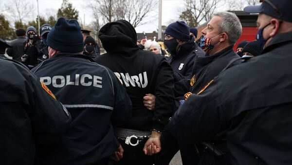 ABD'nin New York eyaletinde, eski başkan Donald Trump destekçileri ile itfaiye birimine asılan ırkçı bayrağın kaldırılmasını talep eden karşıt grup arasında çıkan arbedede en az 3 kişi gözaltına alındı. - Sputnik Türkiye
