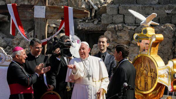 Papa Francis, eski şehirdeki kilise meydanında Musul'un tüm savaş kurbanları için dua etti ve barış güvercini havalandırdı.  - Sputnik Türkiye