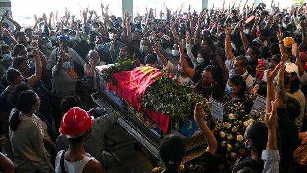 Darbe karşıtı protestolarda öldürülenlerden birinin cenaze töreni, Yangon, Myanmar - Sputnik Türkiye