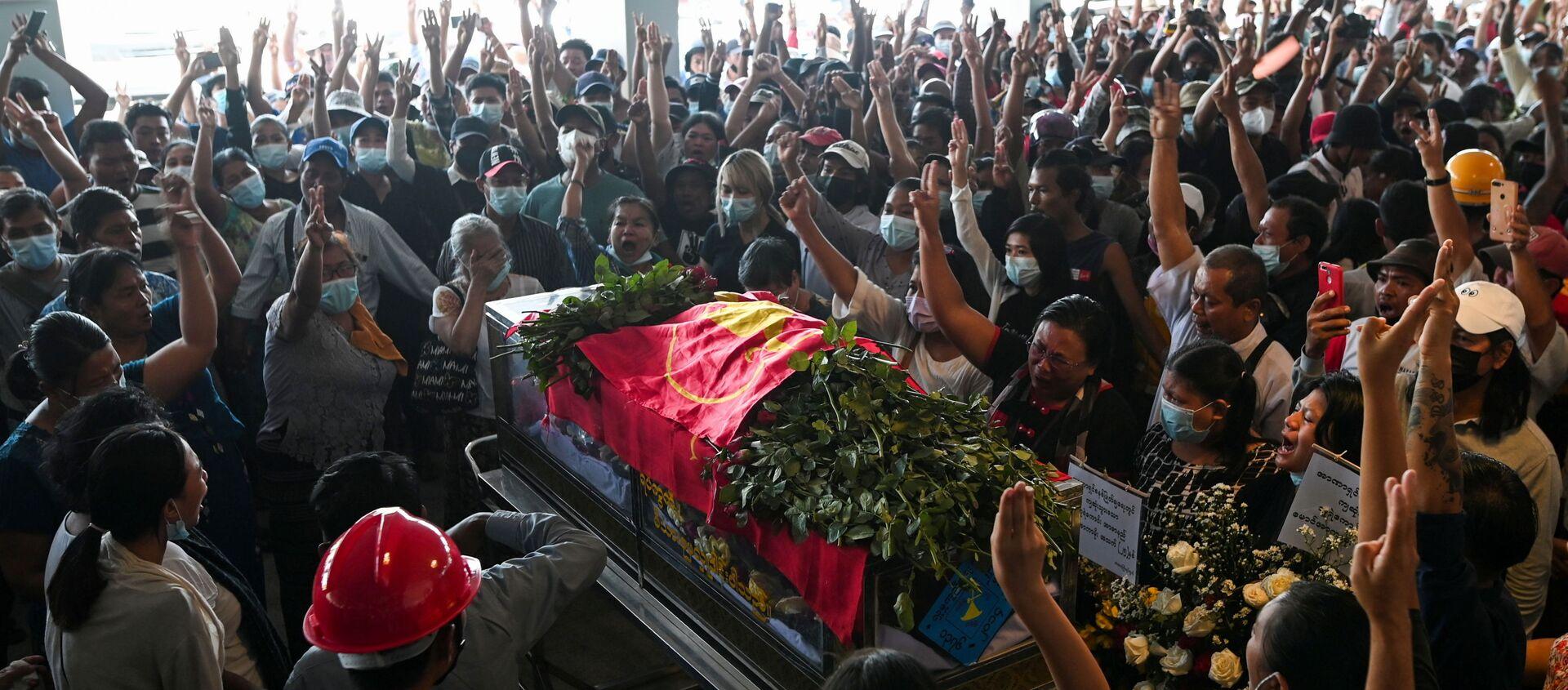Darbe karşıtı protestolarda öldürülenlerden birinin cenaze töreni, Yangon, Myanmar - Sputnik Türkiye, 1920, 09.04.2021
