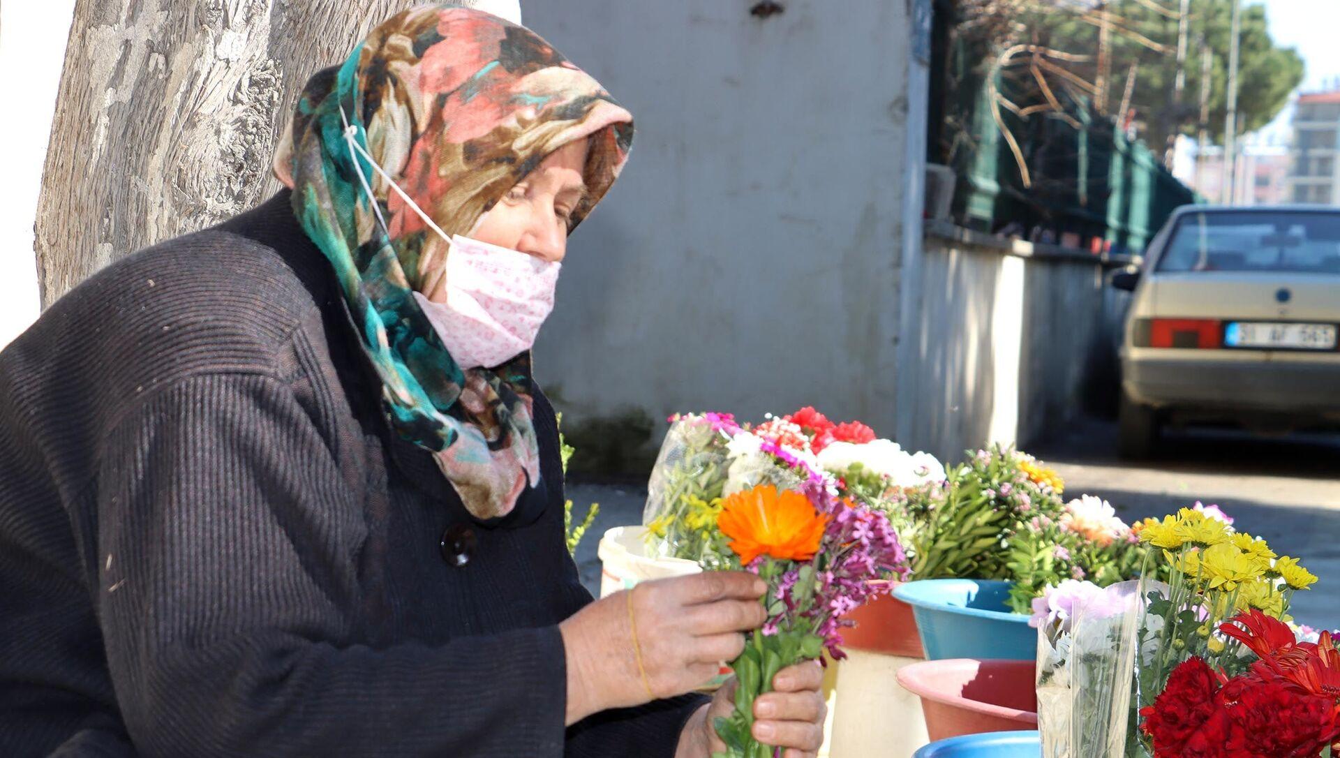 Çocuklarını çiçek satarak okutan anne  - Sputnik Türkiye, 1920, 07.03.2021