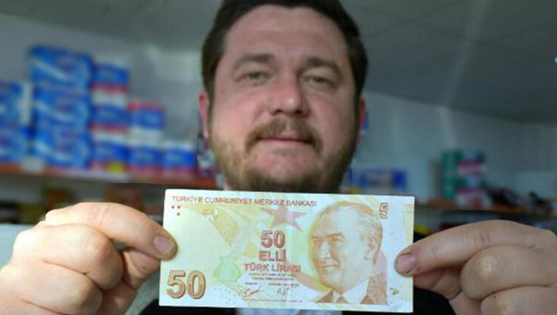 Kırklareli'de market sahibi Okan Er, hatalı basım olduğunu öne sürdüğü sağ üst köşesinde '50' yerine '5' yazan 50 TL'lik banknotu satışa çıkardı - Sputnik Türkiye, 1920, 08.03.2021