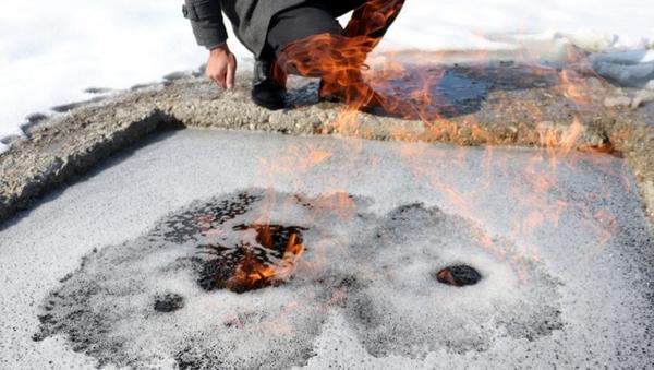 Erzurum'da kaynak suyu üzerinde oluşan köpükler alev aliyor - Sputnik Türkiye