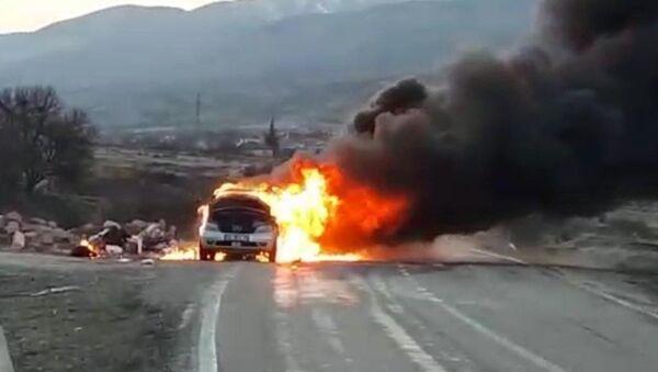 Seyir halindeki bir otomobil alev alev yandı - Sputnik Türkiye