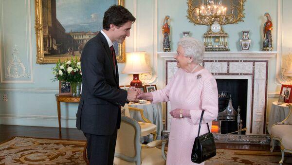 Kanada Başbakanı JustinTrudeau, Buckingham Sarayı'nda Kraliçe 2. Elizabeth tarafından kabul edilirken - Sputnik Türkiye