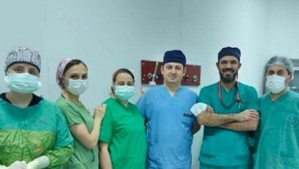 Trabzon'da karnındaki şişlik şikayeti için hastaneye giden hastanın  karnından 21 kiloluk tümör çıkartıldı. - Sputnik Türkiye