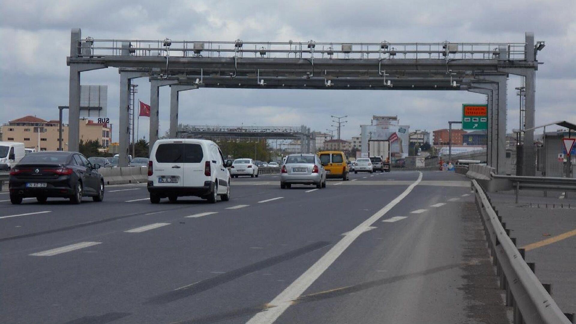 Hızlı Geçiş Sistemi (HGS) ve Otomatik Geçiş Sistemi (OGS) - araba - yol - Sputnik Türkiye, 1920, 10.03.2021