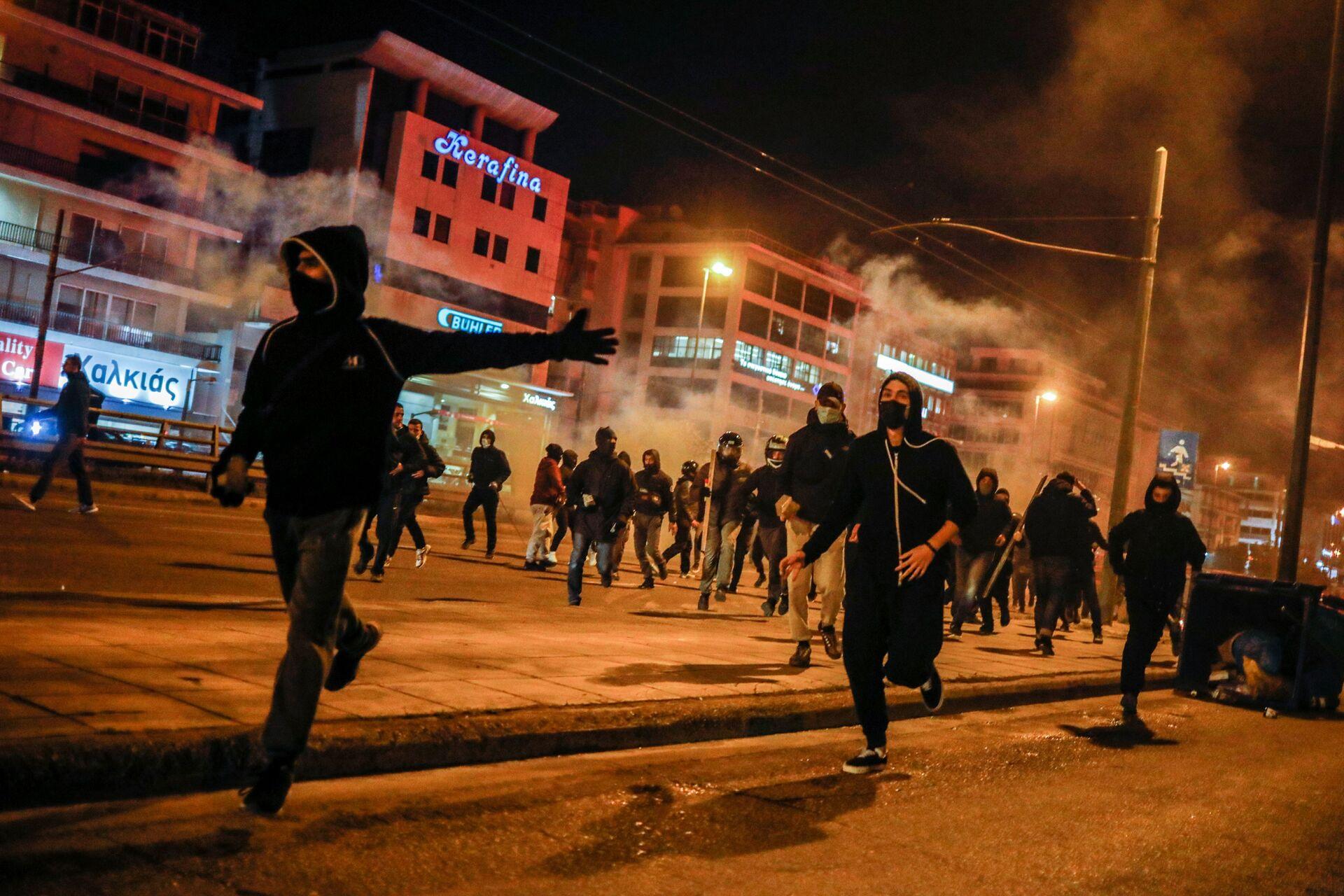 Atina'da polis şiddetini protesto eden eylemciler, bir polis memurunu motosikletinden devirip dövdü - Sputnik Türkiye, 1920, 10.03.2021