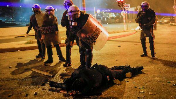 Atina'da çatışmaya dönüşen protestoda Yunan polis memurları dövülüp kanlar içinde yerde kalan arkadaşlarını hastaneye kaldırdı. - Sputnik Türkiye