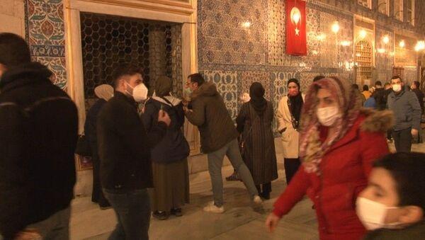 Eyüpsultan Camii ve Türbesi kısıtlamaya rağmen yoğunluk oluştu. Vatandaşlar aileleri ile birlikte türbeye gelerek dua etti. - Sputnik Türkiye