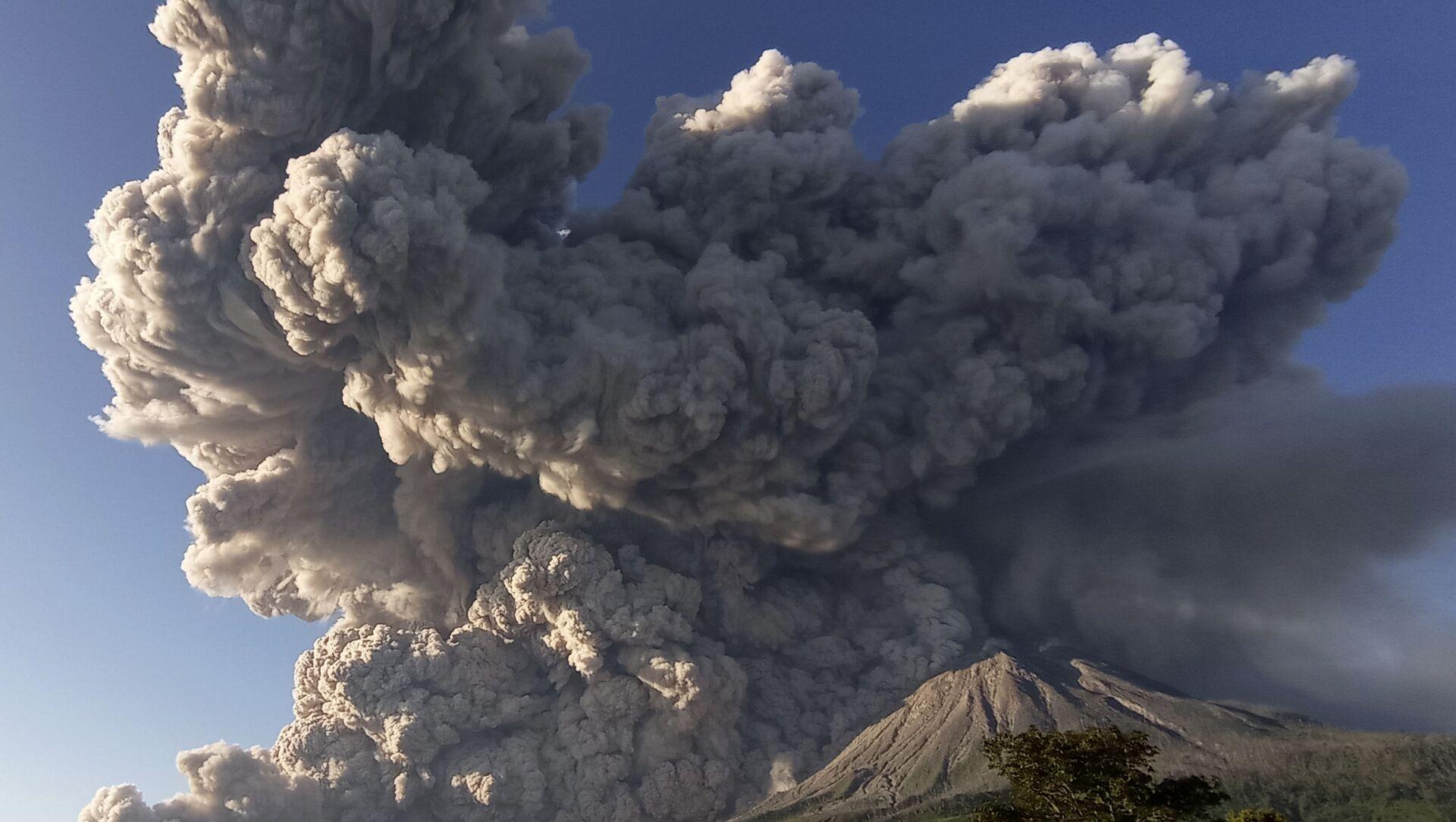 Endonezya'nın Sinabung Yanardağı yeniden kül püskürtmeye başladı - Sputnik Türkiye, 1920, 11.03.2021