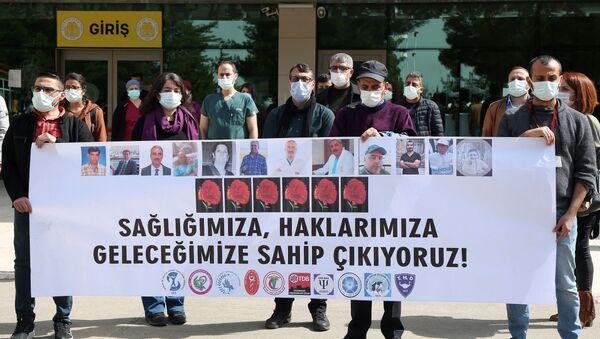 Dicle Üniversitesi Tıp Fakültesi önünde toplanan sağlık çalışanları - Sputnik Türkiye