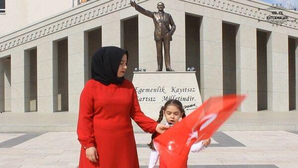 Sosyolog Gizem Çapar, İstiklal Marşı klibi, Osmaniye - Sputnik Türkiye