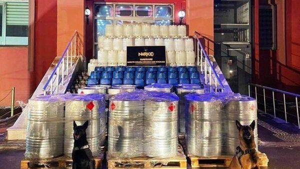 İçişleri Bakanı Süleyman Soylu, Hakkari Yüksekova'da yaklaşık 4 ton eroin üretimine yetecek miktarda 7 ton 420 kilo asetik asit ele geçirildiğini bildirdi. - Sputnik Türkiye